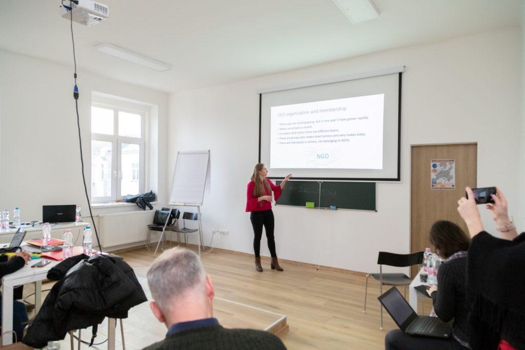 Uzņēmējdarbības atbalsta speciāliste Māra Saldābola prezentē secinājums pēc vienas no darbnīcām