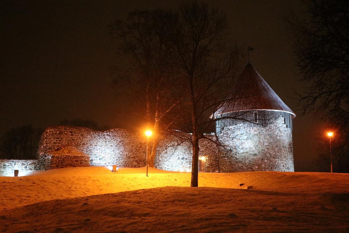 Dienvidu tornis tumšajā diennakts laikā ir izgaismots